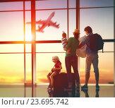 family with suitcases. Стоковое фото, фотограф Константин Юганов / Фотобанк Лори