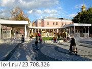 Купить «Люди в саду имени Баумана», эксклюзивное фото № 23708326, снято 1 октября 2016 г. (c) Alexei Tavix / Фотобанк Лори