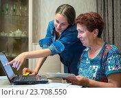 Купить «Молодая девушка объясняет бабушке как пользоваться системой онлайн оплаты», эксклюзивное фото № 23708550, снято 19 июня 2016 г. (c) Вячеслав Палес / Фотобанк Лори