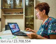 Купить «Пожилая женщина пользуется онлайн - банком с компьютера», фото № 23708554, снято 19 июня 2016 г. (c) Вячеслав Палес / Фотобанк Лори
