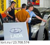 Купить «Сотрудник автосалона Lada рассказывает посетителям о новых автомобилях», эксклюзивное фото № 23708574, снято 20 июня 2016 г. (c) Вячеслав Палес / Фотобанк Лори