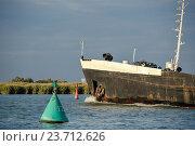 Корабль проходит сигнальные буи по фарватеру на реке. Стоковое фото, фотограф Михаил Бессмертный / Фотобанк Лори