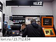 Купить «Обслуживание в офисе продаж мобильного оператора Tele2», фото № 23712834, снято 5 октября 2016 г. (c) Victoria Demidova / Фотобанк Лори
