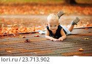 Мальчик лежит на животе. Стоковое фото, фотограф Елена Ганненко / Фотобанк Лори