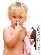 Маленькая девочка с куклой в руках ковыряет в носу. Стоковое фото, фотограф Владимир Сидорович / Фотобанк Лори