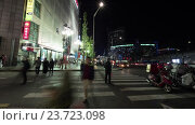 Timelapse of people on zebra crossing at night. Seoul, South Korea, видеоролик № 23723098, снято 22 октября 2015 г. (c) Данил Руденко / Фотобанк Лори