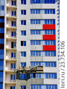 Купить «Отделочные работы на фасаде нового жилого дома», фото № 23734106, снято 3 сентября 2016 г. (c) Владимир Кошарев / Фотобанк Лори