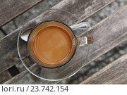 Турецкий кофе с молоком в стеклянной чашке крупным планом. Стоковое фото, фотограф Anton Eine / Фотобанк Лори