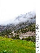 Горная дорога в ущелье Дугоба, Киргизская Республика (2016 год). Стоковое фото, фотограф Дмитрий Шульгин / Фотобанк Лори