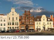 Купить «Market Square with patrician's home the Alter Schwede, Hanseatic City of Wismar, Mecklenburg-Vorpommern, Germany.», фото № 23758090, снято 28 июля 2016 г. (c) age Fotostock / Фотобанк Лори