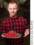 Молодой мужчина с плодами боярышника. Стоковое фото, фотограф Лощенов Владимир / Фотобанк Лори