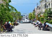 Купить «Владивосток, люди отдыхают на улице Фокина», фото № 23770526, снято 16 июля 2018 г. (c) Овчинникова Ирина / Фотобанк Лори