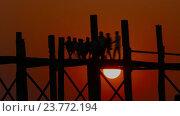 Купить «Тиковый мост У Бейн на закате на озере, Мандалай», видеоролик № 23772194, снято 26 сентября 2016 г. (c) Михаил Коханчиков / Фотобанк Лори
