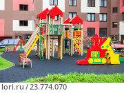 Купить «Санкт-Петербург. Красочная детская площадка во дворе нового жилого многоквартирного дома в микрорайоне Кудрово», фото № 23774070, снято 28 июля 2016 г. (c) FotograFF / Фотобанк Лори