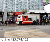 Купить «Пожарная машина около сгоревших торговых палаток на Первомайской улице в Москве», эксклюзивное фото № 23774102, снято 12 октября 2016 г. (c) lana1501 / Фотобанк Лори