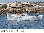 Купить «Катер  в порту города Hersonisos, остров Крит, Греция», фото № 23775102, снято 18 сентября 2016 г. (c) Алексей Сварцов / Фотобанк Лори