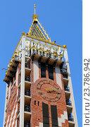 Фрагмент башни с часами отеля Пьяцца на фоне неба, город Батуми, Грузия (2016 год). Редакционное фото, фотограф Артём Крылов / Фотобанк Лори