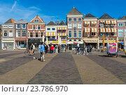 Купить «Туристы гуляют в центре площади в окружении старинных домов, Делфт, Нидерланды», фото № 23786970, снято 4 апреля 2008 г. (c) Ростислав Агеев / Фотобанк Лори