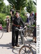 Исторический велопарад на ВДНХ. Трубочист (2016 год). Редакционное фото, фотограф Устинова Мария / Фотобанк Лори