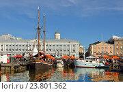 Купить «Неделя салаки на Рыночной площади Хельсинки. Продажа рыбы с яхт, катеров и рыбацких шхун», фото № 23801362, снято 1 октября 2016 г. (c) Валерия Попова / Фотобанк Лори