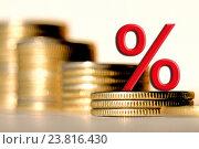 Красный знак процента на фоне денег. Стоковое фото, фотограф Сергеев Валерий / Фотобанк Лори