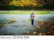 Мальчик стоит под деревом (2016 год). Редакционное фото, фотограф Елена Ганненко / Фотобанк Лори