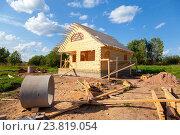 Купить «Строительство нового деревянного дачного дома в летний солнечный день», фото № 23819054, снято 27 мая 2019 г. (c) FotograFF / Фотобанк Лори