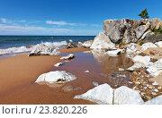 Купить «Байкал. Красивый песчаный берег c белыми камнями летом», фото № 23820226, снято 26 августа 2016 г. (c) Виктория Катьянова / Фотобанк Лори