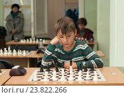 Купить «Школьник играет в шахматы», фото № 23822266, снято 17 сентября 2019 г. (c) Дмитрий Чемерик / Фотобанк Лори