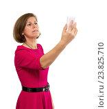 Купить «Женщина фотографирует себя на телефон. Селфи», фото № 23825710, снято 8 октября 2016 г. (c) Наталья Осипова / Фотобанк Лори