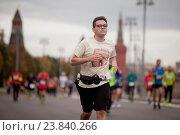 Бегуны, участники Московского Марафона 2016 во время забега в Москве, Москворецкая набережная. Редакционное фото, фотограф Tanya  Polevaya / Фотобанк Лори