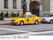 """Купить «Санкт-Петербург. Автомобиль """"Яндекс-Такси"""" ожидает пассажиров на Петроградской набережной», фото № 23859894, снято 21 апреля 2019 г. (c) Артем Блинов / Фотобанк Лори"""