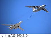 Самолет-топливозаправщик Ил-78 (бортовой номер RF-94275) и сверхзвуковой стратегический бомбардировщик дальней авиации Ту-160 («Белый лебедь»), Парад Победы на Красной площади 9 мая 2016 года, Москва. Редакционное фото, фотограф Алексей Гусев / Фотобанк Лори
