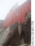 Фрагмент Дворца Пена (Palacio Nacional da Pena). Осень, сильный туман. Синтра. Португалия (2016 год). Стоковое фото, фотограф E. O. / Фотобанк Лори