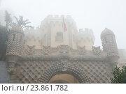 Дворец Пена (Palacio Nacional da Pena). Осенний туманный день. Синтра. Португалия (2016 год). Стоковое фото, фотограф E. O. / Фотобанк Лори