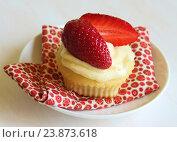 Купить «Ванильный капкейк со свежей клубникой», фото № 23873618, снято 6 мая 2015 г. (c) Елена Серебрякова / Фотобанк Лори