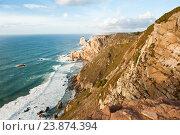 Вид на Атлантический океан с Мыса Рока (Cabo da Roca). Скалистый берег, освещенный лучами солнца. Закат. Португалия (2016 год). Стоковое фото, фотограф E. O. / Фотобанк Лори