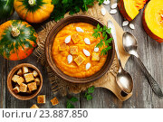 Тыквенный суп с сухариками в керамической тарелке. Стоковое фото, фотограф Надежда Мишкова / Фотобанк Лори