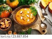 Купить «Тыквенный суп с сухариками и свежие тыквы», фото № 23887854, снято 21 октября 2016 г. (c) Надежда Мишкова / Фотобанк Лори