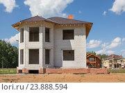 Строительство кирпичного загородного дома. Коттеджный поселок. Стоковое фото, фотограф Дарья Каба / Фотобанк Лори