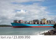 Купить «Огромные грузовое судно Maersk Line в бухте Пилот, Mount Maunganui, Новая Зеландия», фото № 23899950, снято 4 октября 2016 г. (c) Евгений Дробитько / Фотобанк Лори
