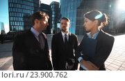 Счастливые бизнесмены показывают экран телефона. Стоковое видео, видеограф Алексей Собченко / Фотобанк Лори