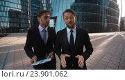 Два бизнесмена делают деловое предложение. Стоковое видео, видеограф Алексей Собченко / Фотобанк Лори