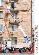 Купить «Капитальный ремонт балкона с помощью автовышки MITSUBISHI FUSO - 4855», эксклюзивное фото № 23902782, снято 3 июля 2015 г. (c) Алёшина Оксана / Фотобанк Лори