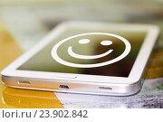 Купить «Cмайлик на экране телефона . Концепция  хорошего настроения .», фото № 23902842, снято 5 декабря 2015 г. (c) Сергеев Валерий / Фотобанк Лори