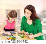 Купить «Мама и дочь играют в образовательную игру», фото № 23904742, снято 10 марта 2014 г. (c) Сергей Колесников / Фотобанк Лори
