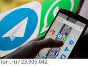 Купить «Приложения на смартфоне», фото № 23905042, снято 23 октября 2016 г. (c) Богданов Степан / Фотобанк Лори