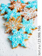 Имбирные пряники в форме снежинок. Стоковое фото, фотограф Елена Поминова / Фотобанк Лори