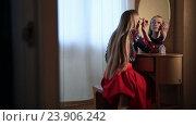 Купить «Красивая женщина красит глаза перед зеркалом», видеоролик № 23906242, снято 17 октября 2016 г. (c) Швец Анастасия / Фотобанк Лори