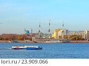 Экскурсионный кораблик плывет по Неве. Санкт-Петербург (2016 год). Редакционное фото, фотограф Румянцева Наталия / Фотобанк Лори